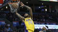 Pemain Lakers Brandon Ingram melakukan dunk saat melawan Thunder (AP)