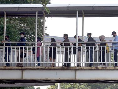 FOTO: Antrean Calon Penumpang KRL di JPO Lenteng Agung