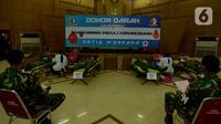 Anggota Paspampres melakukan donor darah di Kawasan Mako Paspampres,Jakarta, Rabu (15/4/2020). Donor daran dan pembagian sembako sebagai bentuk kepedulian kemanusian di tengah pandemi virus COVID-19. (merdeka.com/Imam Buhori)
