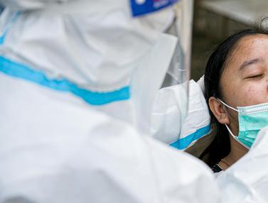 FOTO: Pengungsi Banjir Cipinang Melayu Wajib Swab Antigen COVID-19