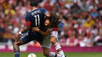Striker Lyon Memphis Depay (kiri) berjibaku dengan gelandang Arsenal Matteo Guendouzi pada laga Emirates Cup 2019, Minggu (28/7/2019). (AFP/Ben Stansall)