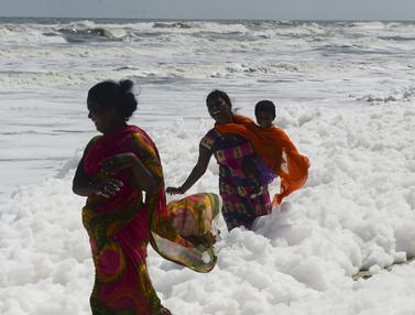 Pantai Tercemar Limbah Busa, Warga Chennai Tetap Nekat Berenang