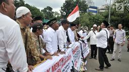 Massa FCKK Jawa Timur menggelar aksi di depan Istana, Jakarta, Senin (11/3). Mereka menuntut pemerintah segera menerbitkan NIP serta SK PNS kepada 1.357 tenaga honorer K2 yang telah lulus ujian CPNS jalur K2. (merdeka.com/Iqbal S. Nugroho)