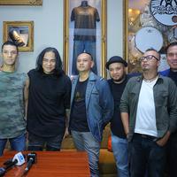 Dengan niat silaturahmi, grup musik Element dan mantan personelnya berkumpul bersama dalam satu panggung. Element Reunion, band yang berdiri tahun 1999 silam tersebut menghadirkan formasi lengkap yakni tujuh orang di acara I Love.(Nurwahyunan/Bintang.com)