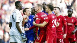 Di pertandingan ini, kedua tim langsung menunjukan duel yang sengit sejak awal laga. Baik Liverpool dan Chelsea langsung tancap gas untuk saling menyerang. (Foto: AP/Mike Egerton)