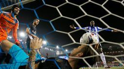 Kiper Arsenal Peter Cech hanya melihat bola yang masuk kegawangnya  pada babak keempat Piala Liga Inggris di Stadion Hillsborough, Rabu (28/10/2015) dini hari WIB. Arsenal 0-3. (Reuters / Lee Smith)