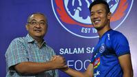 General Manager Arema, Ruddy Widodo, mengenalkan pemain baru Takafumi Akahoshi di Malang, Selasa (27/8/2019). (Bola.com/Iwan Setiawan)