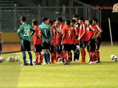 Sebelum memulai sesi latihan para pemain Timnas Laos U19 menyimak secara serius arahan dari pelatih (Liputan6.com/Helmi Fithriansyah)