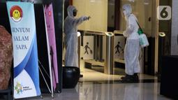 Petugas bersiap menyemprotkan cairan disinfektan di Gedung KPK, Jakarta, Selasa (22/9/2020). Penyemprotan dilakukan rutin untuk mengantisipasi serta menekan penyebaran virus COVID-19 menyusul temuan sedikitnya 21 kantor kementerian/lembaga yang menjadi klaster baru. (Liputan6.com/Helmi Fithriansyah)