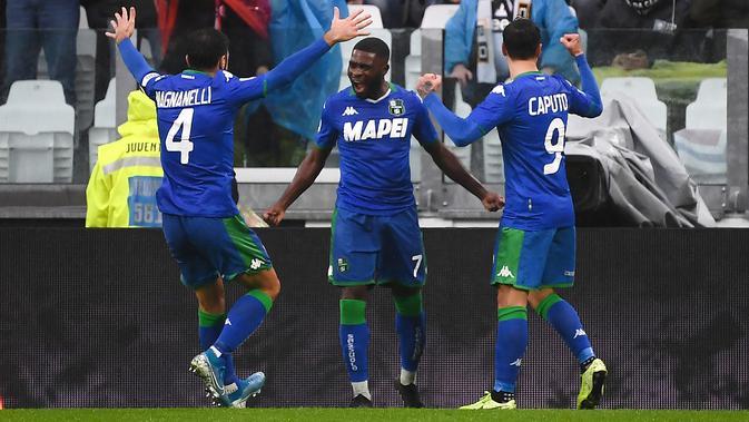 Para pemain Sassuolo merayakan gol ke gawang Juventus (MARCO BERTORELLO / AFP)