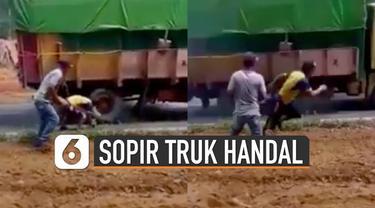 Jalan tanjakan memang mengerikan untuk sopir truk bermuatan berat. Ini dia aksi sopir truk handal ketika tak kuat nanjak.