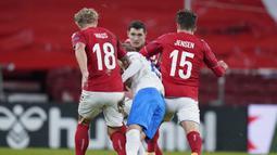 Bek Islandia, Birkir Saevarsson (tengah), dijepit dua pemain Denmark, Daniel Wass (kiri) dan Mathias Jensen, dalam laga UEFA Nations League Grup A2 di Parken Stadium, Copenhagen, Denmark, Senin (16/11/2020) dini hari WIB. Islandia kalah 1-2 dari Denmark. (AFP/Liselotte Sabroe/Ritzau Scanpix).