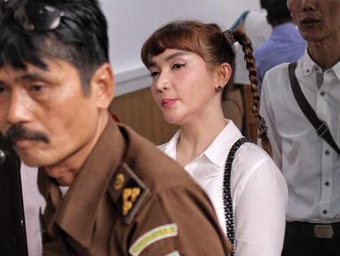 Aktris Roro Fitria tiba di Pengadilan Negeri Jakarta Selatan, Kamis (28/6). Dengan rambut dikepang ke samping, Roro menghadiri sidang dengan mengenakan kemeja putih dan celana bahan hitam. dengan agenda pembacaan dakwaan. (Liputan6.com/Faizal Fanani)