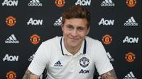 Victor Lindelof menandatangani kontrak empat tahun bersama Manchester United (MU). (Twitter)