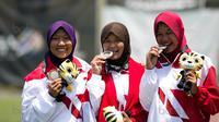 Tim Panahan Putri Indonesia beregu recurve, Titik Kusunawardani ,Linda Lestari, Diananda Choirunisa, meraih medali perak usai tampil di MSN Archery Centre, Kuala Lumpur, Malaysia, Selasa (21/8). Indonesia kalah 1-5. (Bola.com/Liputan6/Faizal Fanani)