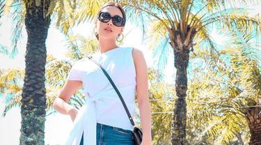 Frederika Alexis Cull mengaku dirinya adalah orang yang aktif. Tak heran jika wanita kelahiran Gold Coast, Queensland, Australia lebih memilih busana casual yang simple saat liburan. Frederika kerap tampil dalam gaya yang minimalis namun elegan.(Liputan6.com/IG/@frederikacull)