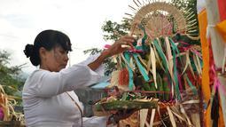 Seorang umat Hindu melaksanakan ritual Melasti di Palu, Sulawesi Tengah, Kamis (19/3/2015). Ritual ini dilaksanakan untuk penyucian diri menyambut perayaan Hari Raya Nyepi Tahun Baru Saka 1937 pada Sabtu (21/3) mendatang.  (Liputan6.com/Dio Pratama)