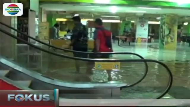 Para pemilik toko mengaku rugi karena sejumlah barang dagangan terendam air bahkan tak ada pembeli yang datang.