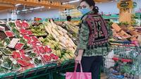 Mayangsari sedang berbelanja sayur dan buah sambil menenteng tas belanja merek Gucci (Dok,Instagram/@mayangsaritrihatmodjoreal/https://www.instagram.com/p/B-mREtfAm8J/Komarudin)