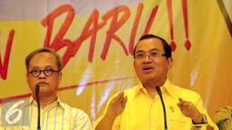Priyo Budi Santoso (kanan) memberikan keterangan saat deklarasi pencalonan menjadi Calon Ketua Umum Partai Golkar di Jakarta, Kamis (14/4/2016). Pemilihan dilaksanakan pada Munaslub Partai Golkar, Mei mendatang. (Liputan6.com/Helmi Fithriansyah)
