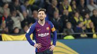 Ekspresi striker Barcelona, Lionel Messi, saat Villarreal mencetak gol pada laga La Liga 2019 di Stadion Ceramica, Selasa (2/4). Kedua tim bermain imbang 4-4. (AP/Alberto Saiz)