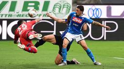 Kiper Napoli, David Ospina, menghalau bola saat laga lanjutan Seria A melawan Atalanta, Jumat (3/7/2020). David Ospina harus ditandu keluar lapangan akibat mengalami cedera hingga di bagian kepala. (AFP/Miguel Medina)
