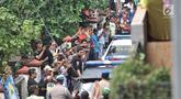 Kerumunan warga setempat menyaksikan rekonstruksi pembunuhan satu keluarga di Bojong Nangka II, Bekasi, Jawa Barat, Rabu (21/11). Rekonstruksi ini digelar oleh Tim Inafis Polda Metro Jaya dan Polres Metro Bekasi. (Merdeka.com/Iqbal S. Nugroho)