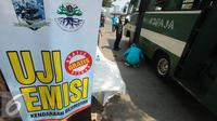 Petugas Badan Lingkungan Hidup (BLH) melakukan uji emisi gas buang kendaraan di jalan TB Simatupang, Jakarta (25/8/2015). Uji emisi gratis tersebut guna memeriksa ambang batas gas buang kendaraan. (Liputan6.com/Gempur M Surya)