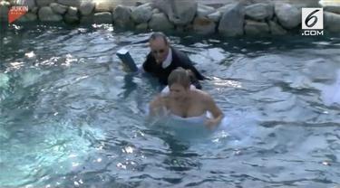 Apes betul nasib sang mempelai wanita. Akibat salah satu pendamping pria tergelincir, ia dan bapak pendeta tercebur ke kolam renang.