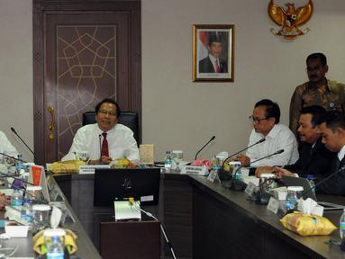 Menteri Koordinator Kemaritiman dan Sumber Daya, Rizal Ramli (tengah) memimpin rapat koordinasi di Gedung BPPT, Jakarta, Senin (21/9/2015). Rakor membahas potensi gas yang ada di Blok Masela yang kian banyak ditemukan. (Liputan6.com/Helmi Fithriansyah)