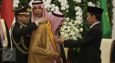 Presiden Joko Widodo memberikan penghargaan kepada Raja Arab Saudi Salman bin Abdulaziz Al-Saud di Istana Bogor, Jawa Barat, Rabu (1/2). Raja Salman mendapat penghargaan Bintang Republik Indonesia Adipurna. (Liputan6.com/Angga Yuniar)