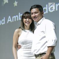 Pasangan Gading Marten dan istrinya Gisella Anastasia menunjukkan kemesraannya saat hadir dalam konferensi pers dikawasan Jakarta, Kamis (1/2). Dalam kesempatan itu Gisella menuturkan bahwa ia sangat mempercayai sang suami. (Liputan6.com/Faizal Fanani)