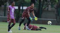Pemain Persija Jakarta, Daryono (tengah) menjatuhkan rekannya saat sesi latihan jelang Piala AFC 2018 di Lapangan ABC, Senayan, Jakarta (27/2/2018). Persija melawan Tampines Rovers pada 28 Februari 2018. (Bola.com/Nick Hanoatubun)