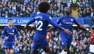 Bek Chelsea, Antonio Rudiger, melakukan selebrasi usai membobol gawang Manchester United pada laga Premier League di Stadion Stamford Bridge, Sabtu (20/10/2018). Kedua tim bermain imbang 2-2. (AFP/Glyn Kirk)