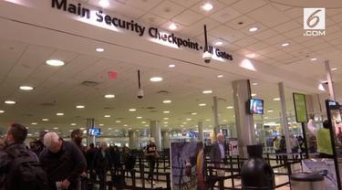 Penghentian aktivitas pemerintahan Amerika Serikat berdampak pada operasional penerbangan. Akibatnya pegawai bandara termasuk air traffic control tidak menerima upah dan berhenti bekerja.