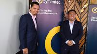 David Rajoo, Director, System Engineering, Malaysia & Indonesia dan Andris Masengi, Country Manager Symantec Indonesia. Liputan6.com/Tommy Kurnia