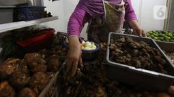 Pedagang menata jahe merah yang dijual di Pasar Rumput, Jakarta, Kamis (5/3/2020). Akibat merebaknya wabah virus corona, harga jahe merah melonjak di pasar itu dan dijual dengan harga Rp 95.000/kg. (Liputan6.com/Angga Yuniar)