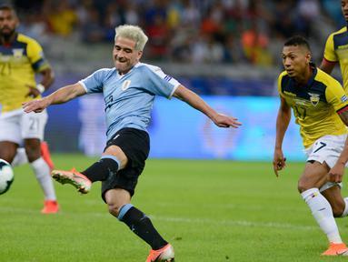 Gelandang timnas Uruguay, Nicolas Lodeiro berhaisl mencetak gol ke gawang Ekuador dalam laga pertama Grup C Copa America 2019 di Stadion Mineirao, Brasil, Minggu (16/6/2019). Uruguay berhasil memetik kemenangan besar 4-0 atas Ekuador. (AP/Eugenio Savio)
