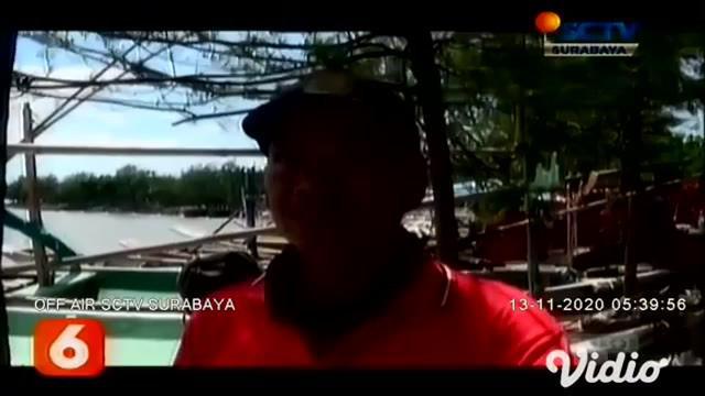 Cuaca buruk di laut kawasan Kenjeran, Surabaya mengakibatkan puluhan perahu nelayan diterjang ombak besar. Sehingga dibantu evakuasi ke darat oleh petugas gabungan dari Pemkot Surabaya, untuk melakukan perbaikan perahu yang rusak.