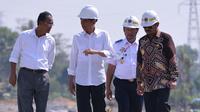 Presiden Joko Widodo meninjau panel dan lokasi pembangunan rel kereta api Trans Sulawesi tahap pertama segmen I rute Makasar - Pare-pare di Desa Tanete Rilau, Kabupaten Barru, Sulawesi Selatan. (25/11/2015). (Foto:Biro Pers Presiden)