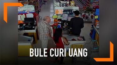 Insiden pencurian terjadi di sebuah supermarket di Thailand. Seorang bule mengambil uang senilai Rp 900 ribu dari yang terjatuh dari dompet seorang wanita saat berbelanja.