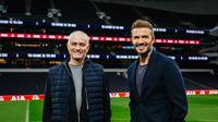 Manajer Tottenham Hotspur, Jose Mourinho, bersama legenda sepak bola Inggris, David Beckham. (Istimewa)