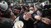 Massa Aliansi BEM SI saling dorong dengan polisi saat menggelar aksi peringatan evaluasi dua tahun Kabinet Indonesia Maju di kawasan Patung Kuda, Jakarta, Kamis (21/10/2021). Aksi ini bentuk penyampaian aspirasi dan kritik atas kinerja pemerintahan Jokowi-Ma'ruf Amin. (Liputan6.com/Faizal Fanani)