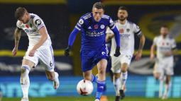 Striker Leicester City, Jamie Vardy, berlari mengejar bola saat melawan Leeds United pada laga Liga Inggris di Stadion Elland Road, Senin (2/11/2020). Leicester City menang dengan skor 4-1. (AP/Jon Super)