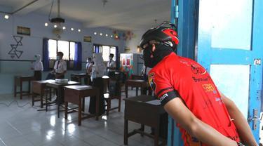 Ganjar Pranowo saat melihat kegiatan PTM di SMP N 1 Mungkit, Kabupaten Magelang. Uji coba dilaksanakan dengan mengurangi jimlah siswa yang masuk. (Foto: Liputan6.com/Felek Wahyu)