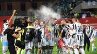 Para pemain Juventus merayakan keberhasilan mereka meraih gelar juara Coppa Italia 2020/2021 setelah menang 2-1 atas Atalanta dalam laga final yang digelar di Stadion Mapei, Kamis (20/5/2021) dini hari WIB. (MIGUEL MEDINA / AFP)