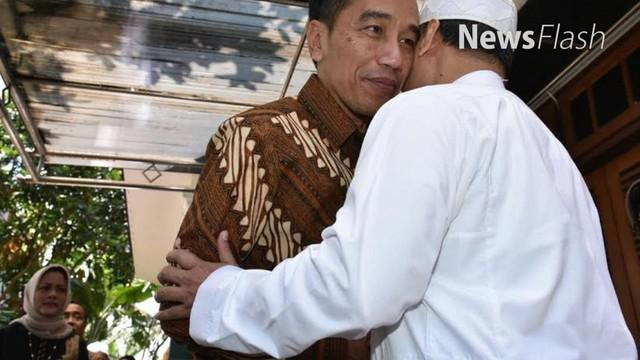 Presiden Joko Widodo atau Jokowi bersama Ibu Negara Iriana menjenguk KH Hasyim Muzadi di kediamannya, komplek Pondok Pesantren Al Hikam, Malang, Jawa Timur.