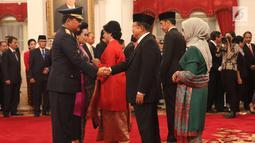 Marsekal Hadi Tjahjanto menerima ucapan selamat dari Wapres Jusuf Kalla usai upacara pelantikan sebagai Panglima TNI di Istana Negara, Jakarta, Jumat (8/12). Upacara dipimpin oleh Presiden Jokowi. (Liputan6.com/Angga Yuniar)