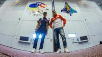 Dua pebalap MotoGP, Dani Pedrosa dan Andrea Iannone, berpose di markas NASA, Johnson Space Center, di Texas, AS, Rabu (6/4/2016). (Bola.com/motogp.com)