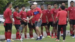 Pelatih Timnas Indonesia, Shin Tae-yong, memberikan arahan kepada anak asuhnya saat latihan di Lapangan G, Senayan, Jakarta, Rabu, (19/2/2020). Pada sesi latihan kali ini Timnas menjalani tes fisik dengan menggunakan alat Smart Gate. (Bola.com/M Iqbal Ich